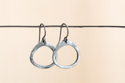 simple-zen-circle-small-drop-hoop-earrings-hammered-steel-iron-dirtypretty-artwear-5